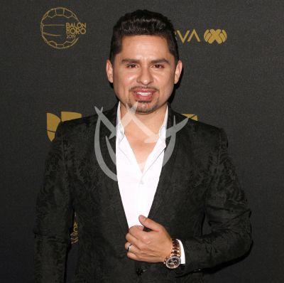 Larry Hernández reza por mini fan con cáncer