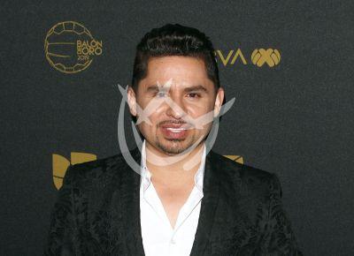 Larry Hernández se lastima la pierna