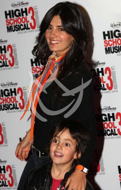 Mayrín Villanueva e hijo