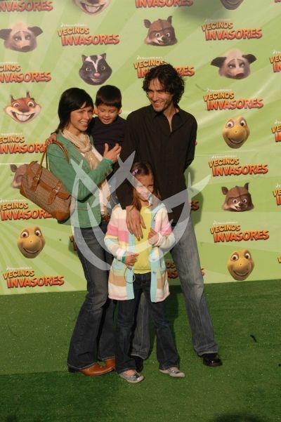 Benny, su esposa Celina y sus hijos
