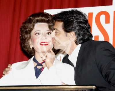 Eugenio besa a mami