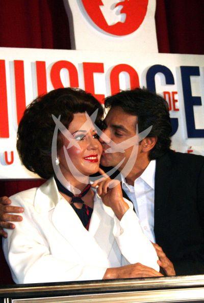 Eugenio besa a ¡Mami de cera!