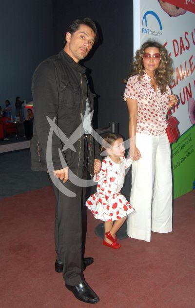 Sergio Mayer e Issabella Camil e hija