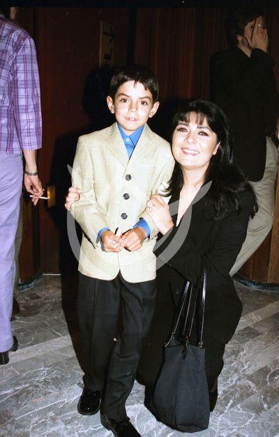 Victoria Ruffo e hijo, 2000