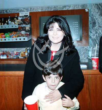Victoria Ruffo e hijo, 2001