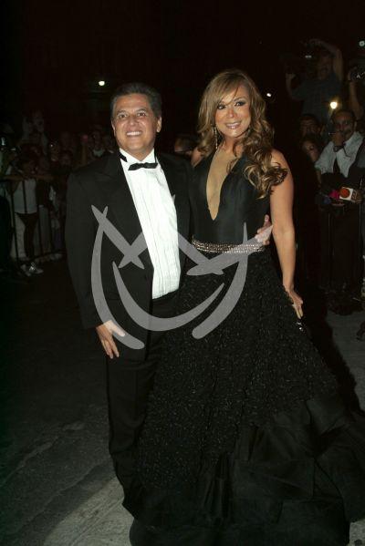 Mario Bezares y esposa