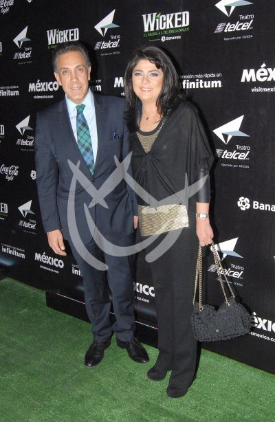 Victoria Ruffo y esposo