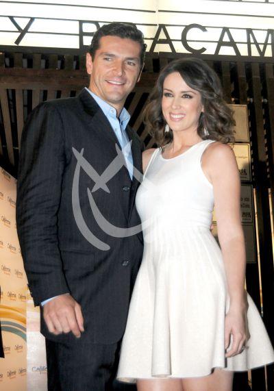 Jacqueline Bracamontes y esposo