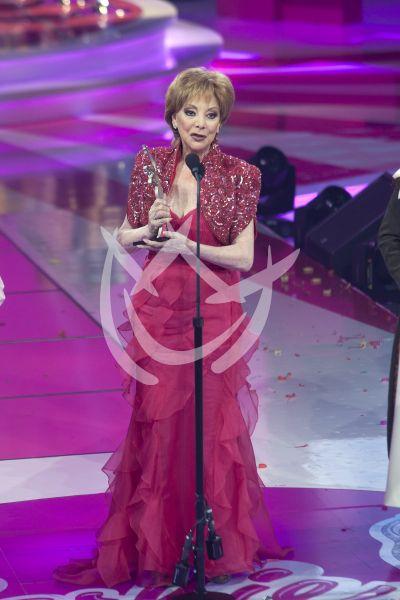 Jacqueline Andere con su Barbie Award