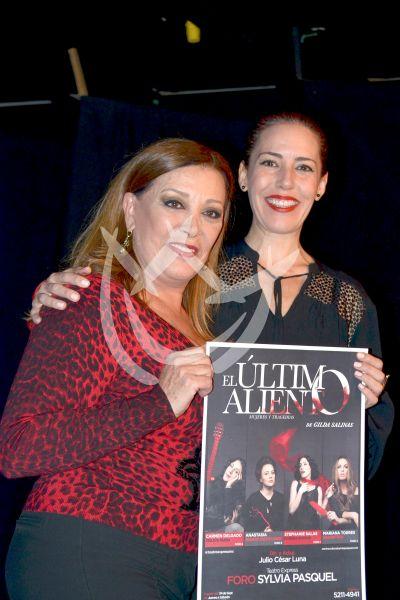 Stephanie Salas y mamá Pasquel en Micro Teatro