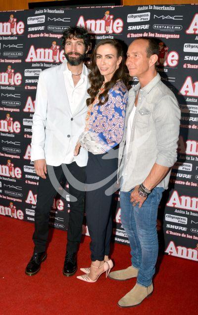 Sasha, Benny y Erik con Annie