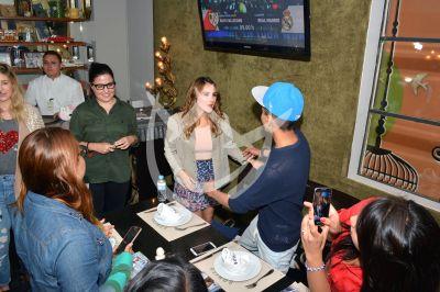 Dulce Marie con fans