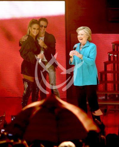 JLo y Marc con Hillary ¡y mucha lluvia!