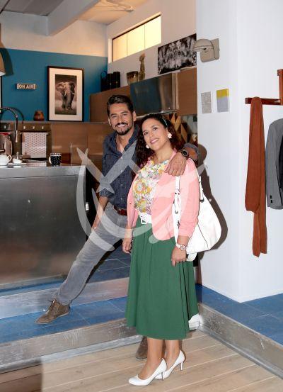 Angélica y Gabriel detrás de la Fan