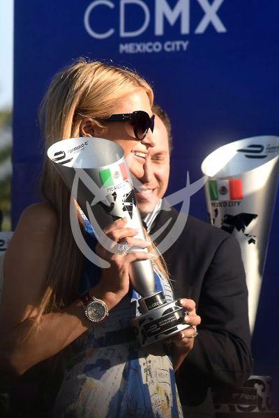 Paris Hilton a las carreras en Mx