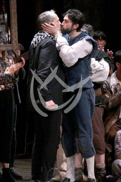 Miguel Bosé y Benny Ibarra y el beso en la Mancha