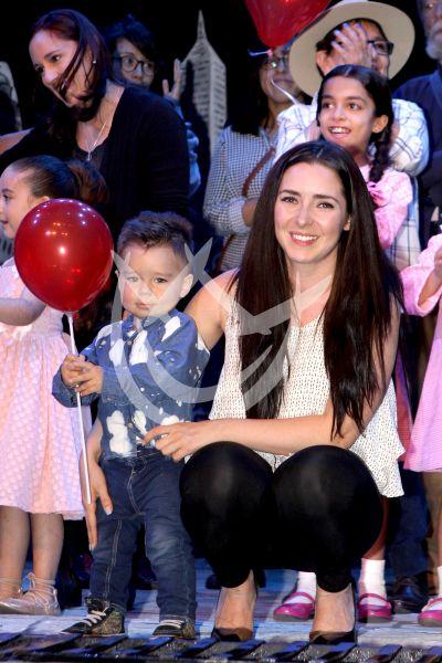 Ariadne Díaz y su hijo Diego con su Globo Rojo