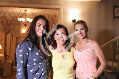 Gala Montes, Laura Flores y Laura Chimaras son Mi Familia Perfecta en set