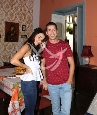 Carolina Gaitán y Juan Pablo Urrego en el set de Sin Senos