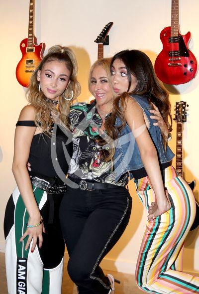 Marla y Alison Solís con mamá