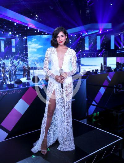 Alejandra Espinoza de blanco y azul en Nuestra Belleza Latina 6