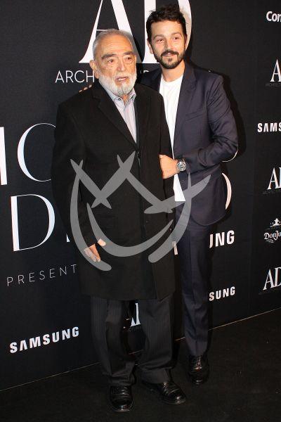 Diego Luna con papá y más con los Íconos