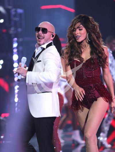 Pitbull pone a bailar a Alejandra Espinoza en NBL