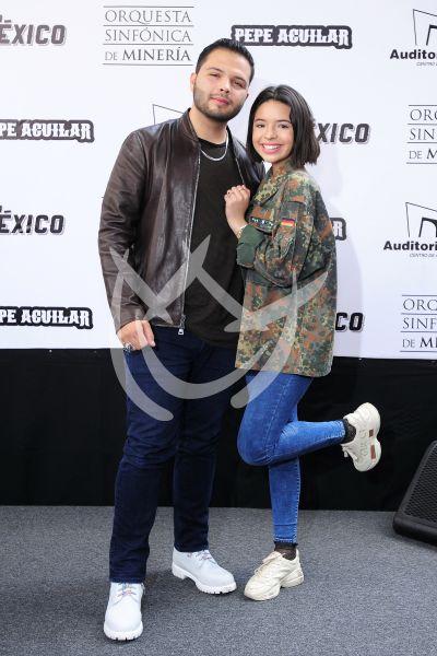 Ángela y Leonardo Aguilar con orquesta