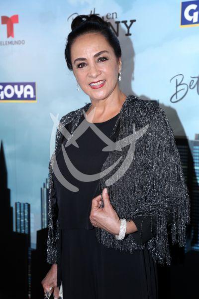 Alma Defina y más elenco de Betty en NY