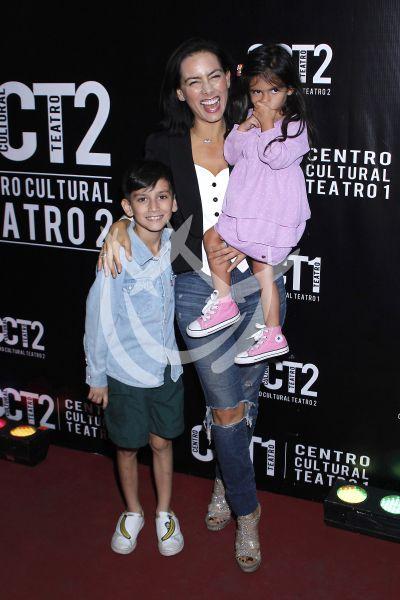 Claudia Lizaldi e hijos al circo