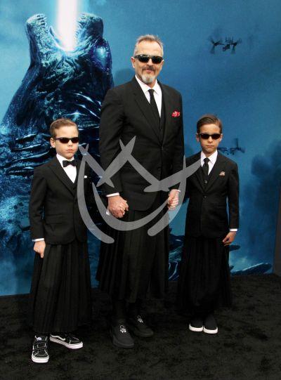 Miguel Bosé e hijos con Godzilla