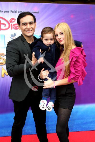 Julián Figueroa con esposa e hijo