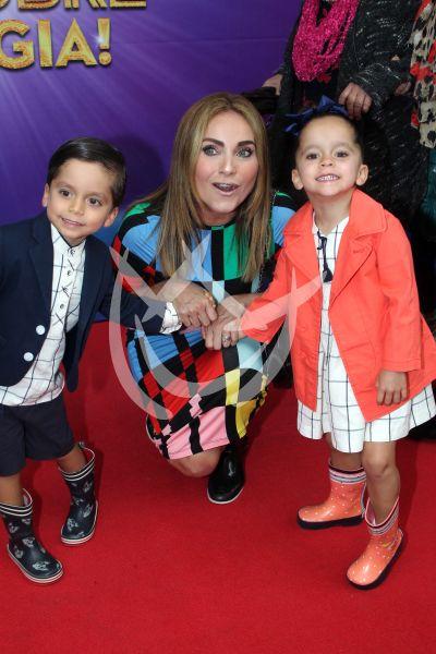 Elizabeth Alvarez e hijos con Disney on Ice