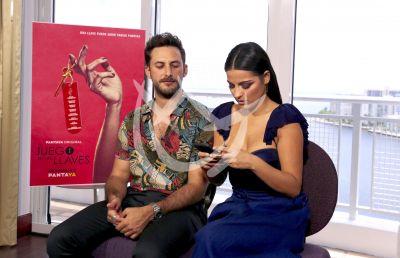 Sebastián Zurita y Maite Perroni piden las Llaves texting!