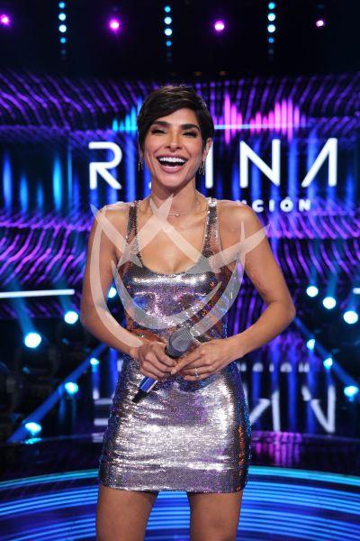 Alejandra Espinoza fashion silver en Reina de la Canción