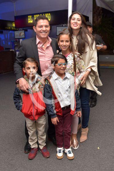 Ernesto Laguardia y más famosos con hijos en estreno de Crystal