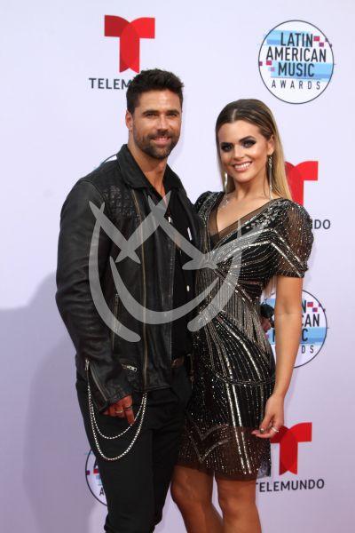 Isabella Castillo y Matías Novoa en los Latin AMAs