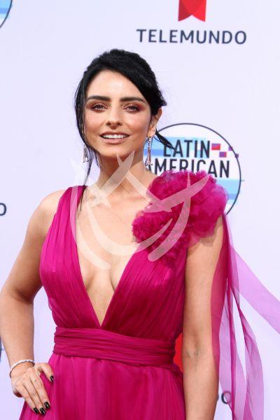 Aislinn Derbez en los Latin AMAs