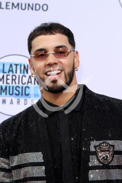 Anuel AA saca los dientes en los Latin AMAs