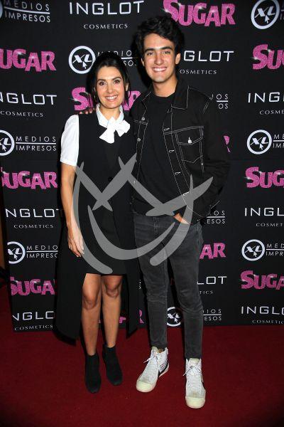Mayrin Villanueva e hijo con Sugar