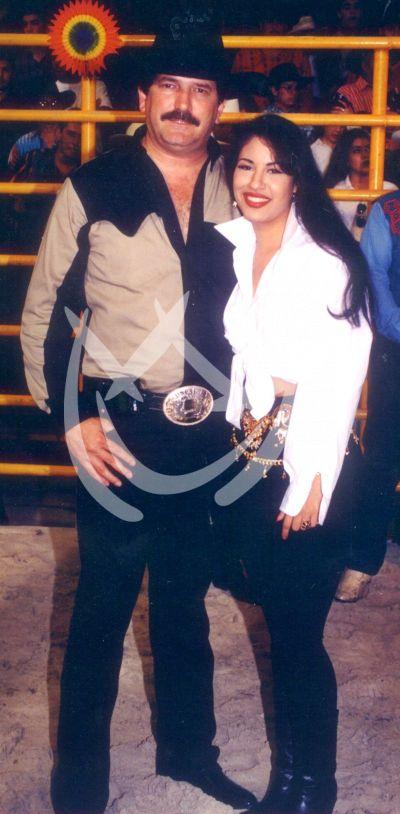 Selena y representante Bronco