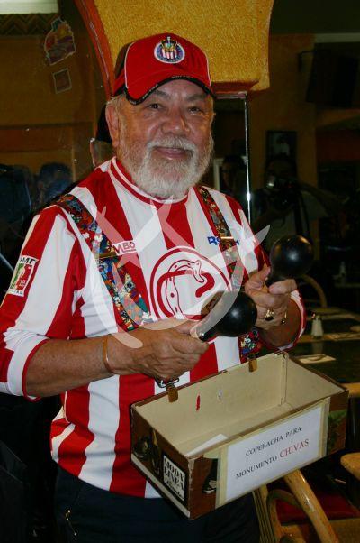 Sergio Corona paga apuesta al Loco