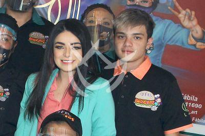 Violeta Isfel e hijo te invitan a probar sus Isfel-Burgers