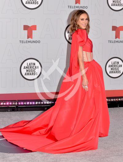 Jacqueline Bracamontes en los Latin AMAs 2021