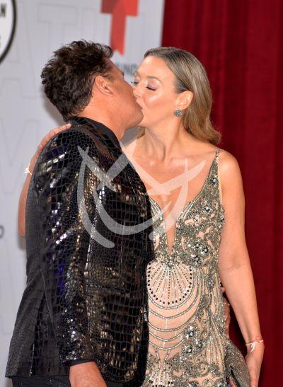 Carlos Vives y esposa en los Latin AMAs 2021