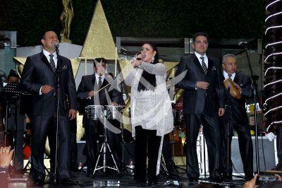 La Sonora Santanera y Alejandra Ávalos le cantan a los papás