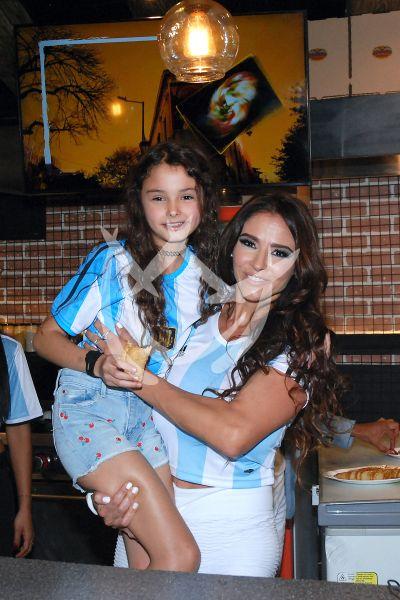 Dorismar e hija a las empanadas argentinas