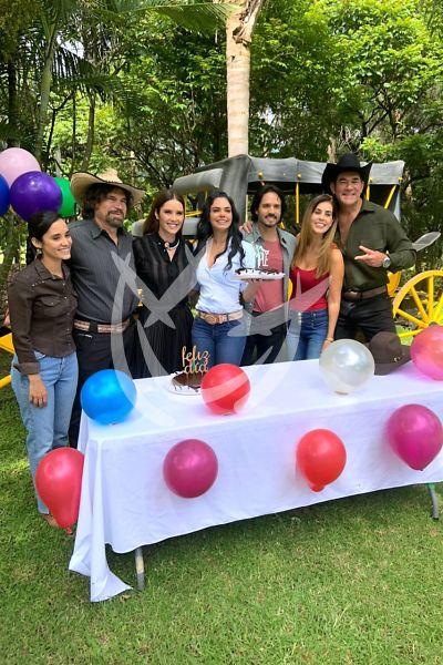 Livia Brito parte pastel de su 35 cumpleaños