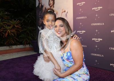 Adamari López y su hija Alaia de premier con Cinderella
